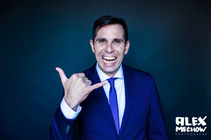 Chef im Blauen Anzug und Hang Loose Handzeichen