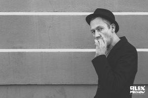 Peoplefotografie mit dem Berliner Illustrator, Designer, Herausgeber und Autor Raban Ruddigkeit Seine grafischen Arbeiten kennt man z.B. vom Titelblatt der TAGESZEITUNG. Außerdem ist/war Raben auch Dozent an der UDK Berlin, der MAD Hamburg un einigen weiteren Einrichtungen. Das Bild entstand in der Pause während eines Shootings für BERLINER PILSENER. Ich finde , darauf sieht er etwas aus wie der US Schauspieler Steve McQueen.
